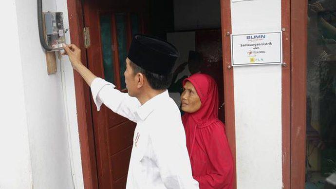 Jokowi Serahkan 100 Sertifikat Sambungan Listrik di Garut