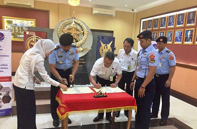 AirNav dan TNI AU Tanda Tangani Perjanjian Kerja Sama