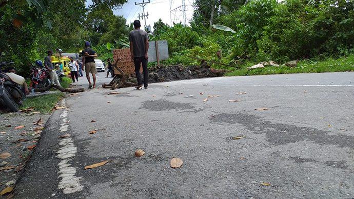 Jalan Lintas Seram Resmi Dibeton Warga Hualoy