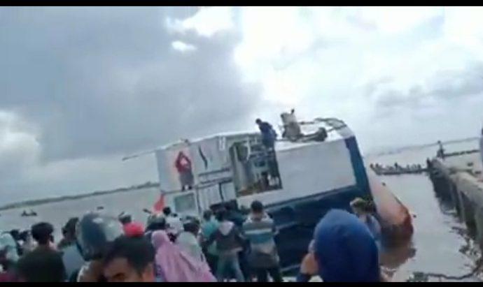 Kemenhub Dan Tim SAR Evakuasi Penumpang Insiden KMP Terbalik Di Kalbar